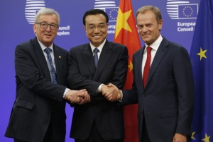 epa04823978 (L-R) EU Commission President Jean Claude Juncker, Chinese Premier Li Keqiang and EU Council President Donald Tusk at the start of the 17th bilateral EU China summit at the EU Council headquarters in Brussels, Belgium, 29 June 2015. Report states leaders will discuss political and economic relations, global challenges and regional and foreign policy issues.  EPA/JULIEN WARNAND Dostawca: PAP/EPA.