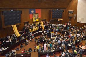 Occupy_Taiwan_Legislature_by_VOA_(1)